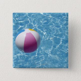Badge Carré 5 Cm Ballon de plage dans la piscine