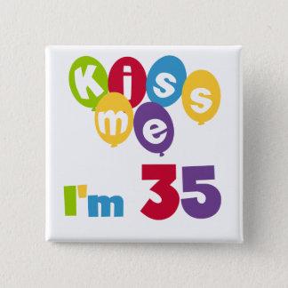 Badge Carré 5 Cm Embrassez-moi que je suis 35 T-shirts et cadeaux
