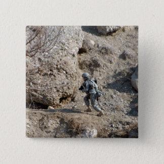 Badge Carré 5 Cm le soldat marche vers le haut du côté d'une