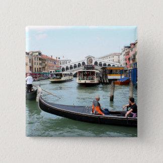 Badge Carré 5 Cm Les touristes dans la gondole regardent le pont de