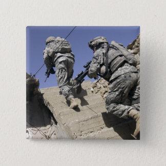 Badge Carré 5 Cm Soldats courant l'escalier d'un bâtiment