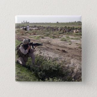 Badge Carré 5 Cm Un soldat balaye la distance