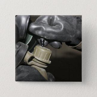 Badge Carré 5 Cm Une marine insère un tube potable dans son cante