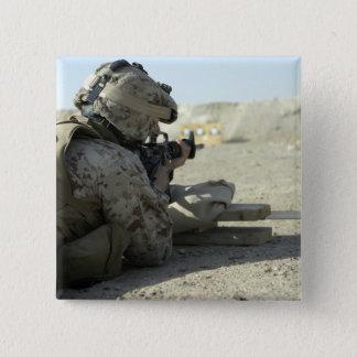 Badge Carré 5 Cm Une marine met le feu à un fusil de service M16A2