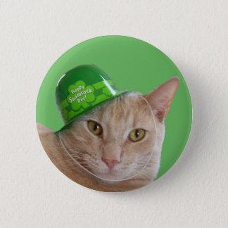 Badge Chat orange mignon utilisant un casquette