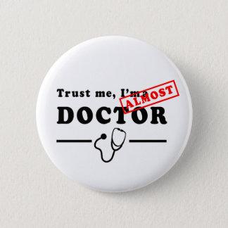 Badge Faites confiance que je je suis PRESQUE un docteur