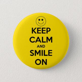 Badge Gardez le calme et souriez sur le jaune