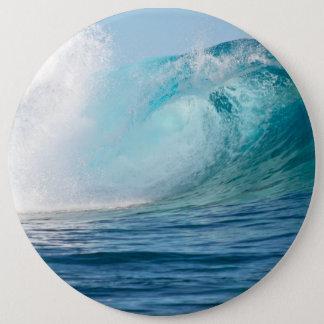Badge Grande vague de l'océan pacifique cassant le