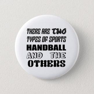 Badge Il y a deux types de handball et de d'autres de