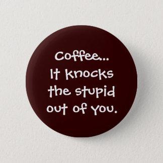 Badge Le café frappe le stupide hors de vous bouton