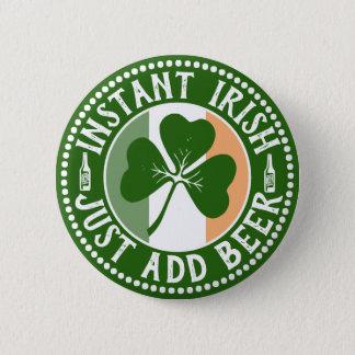 Badge Les Irlandais instantanés ajoutent juste l'humour