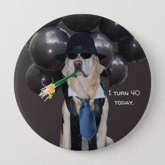Badge Rond 10 Cm Chien drôle au-dessus du Pin d'anniversaire de