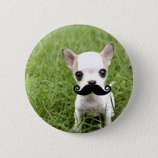 Badge Rond 5 Cm Chiwawa avec la moustache drôle dans le jardin