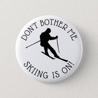 Badge Rond 5 Cm Ne me tracassez pas que le ski est sur le bouton