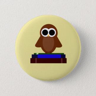 Badge Rond 5 Cm Petit hibou se reposant sur des livres