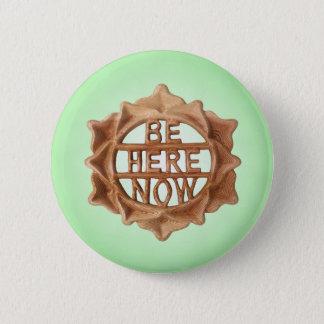 Badge Rond 5 Cm Soyez ici maintenant, lueur intérieure verte de