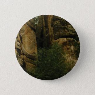 Badge Rond 5 Cm visage jaune de roche avec des arbres