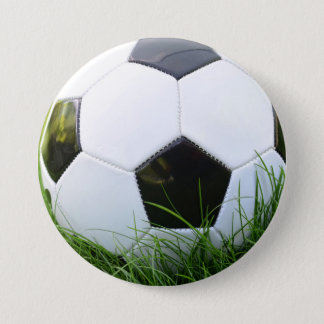 Badge Rond 7,6 Cm Ballon de football dans l'herbe d'été