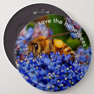 Badge Sauvez les abeilles pollinisant le lilas de la