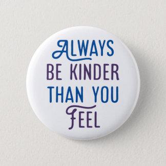 Badge Soyez toujours plus aimable que vous sensation
