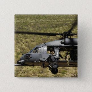 Badge Un HH-60 pave le faucon vole au-dessus du désert