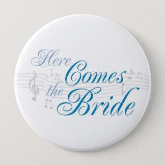 Badges Le KRW ici vient le bouton de jeune mariée - Pin