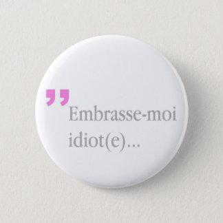 Badges l'idiot Embrasse-moi m'embrassent le bouton de