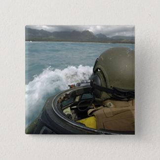 Badges Marine des USA conduisant un véhicule d'assaut
