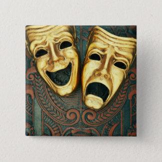 Badges Masques d'or de comédie et de tragédie sur modelé