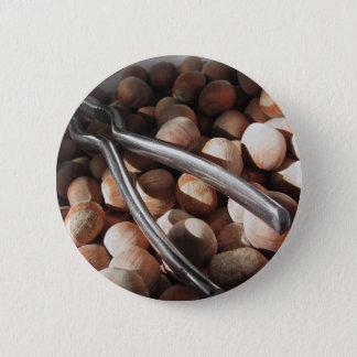 Badges Noisettes dans la cuvette avec le casse-noix en