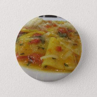 Badges Pâtes faites maison avec la sauce tomate, oignon,