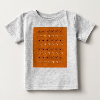 Badine le T-shirt avec les éléments bruns