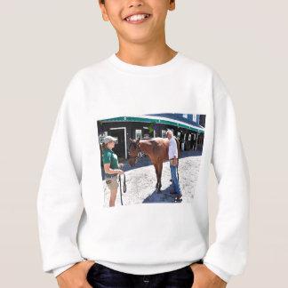Baffert vérifiant sous le capot sweatshirt