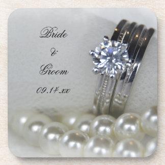 Bagues à diamant et épouser blanc de perles dessous-de-verre
