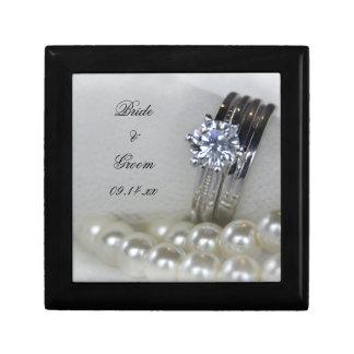 Bagues à diamant et épouser blanc de perles petite boîte à bijoux carrée