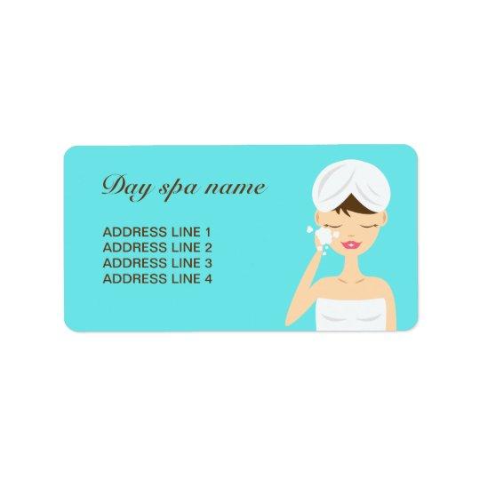 Baigner la femme appliquant le bleu de spa de jour étiquette d'adresse