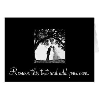Baiser de jeune mariée sous la carte de chêne -