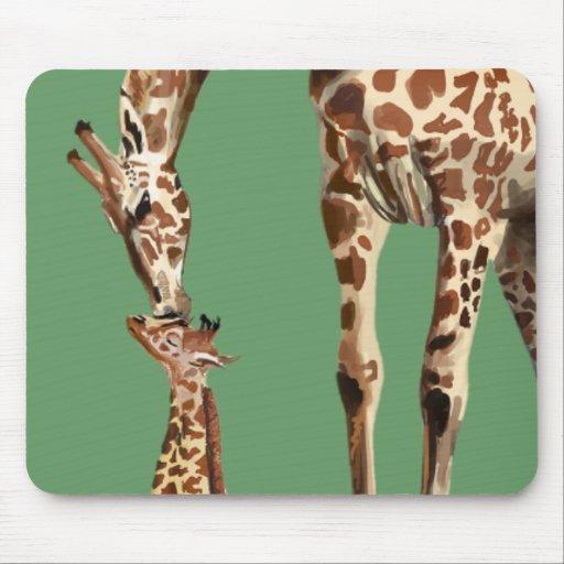 Baisers de girafe et de veau de bébé tapis de souris