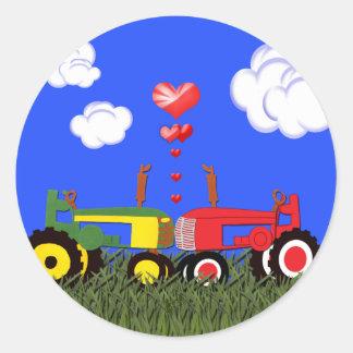 Baisers des tracteurs sous des coeurs sticker rond