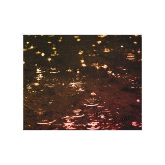 Baisses de pluie dans le coucher du soleil de toile