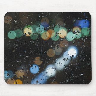 Baisses de pluie sur le verre de fenêtre tapis de souris