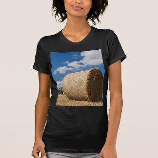 Balle de paille avec les nuages et le ciel bleu t-shirt