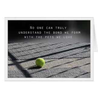 Balle de tennis de carte de sympathie de chien sur