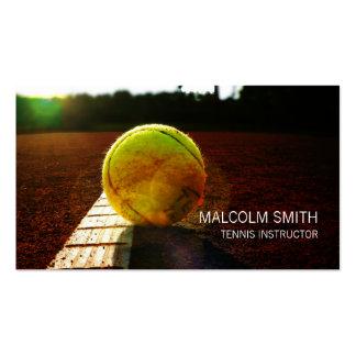 Balle de tennis d'instructeur de tennis sur le carte de visite