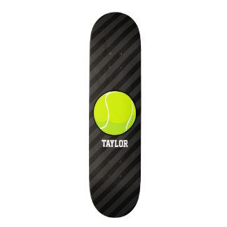 Balle de tennis sur les rayures noires et skateboard