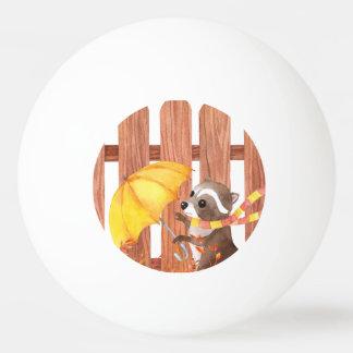 Balle Tennis De Table racoon avec le parapluie marchant par la barrière