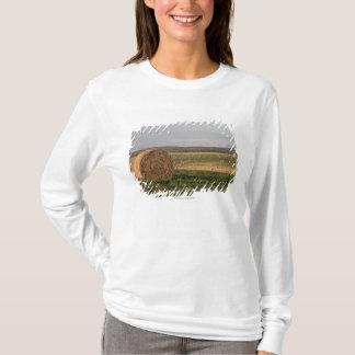 Balles de foin dans un domaine avec des montagnes t-shirt