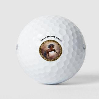 Balles De Golf Cheval brun frison s'élevant avec les nuages