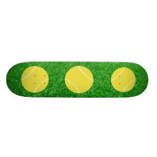 Balles de tennis sur la pelouse skateboard