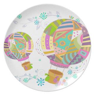 Ballon coloré heureux d'air chaud assiette